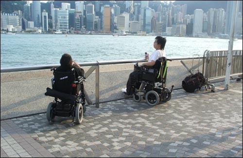 저상버스가 버스차량의 주류인 홍콩의 경우 장애인들이 토요일 오후에 유명관광지에 동행자 없이 나올 정도로 교통약자를 위한 대중교통의 배려가 잘 되어 있다. 대한민국도 머지않은 미래에 모두가 편리하게 이용할 수 있는 대중교통체계가 구축되기를 기원한다.