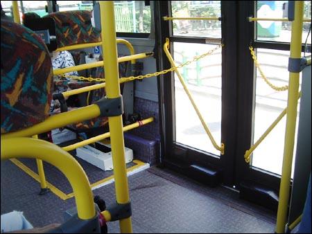 저상버스 내부에서 바라본 바깥 모습. 바깥 인도의 높이와 차량 높이간 큰 차이가 없어, 장애인을 비롯 노인, 임산부, 유아 등 교통약자는 물론 짐이 많은 비장애인에게도 불편을 최소화하는 역할을 하고 있다.