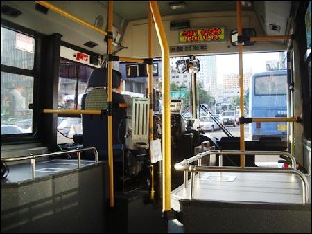 저상버스는 교통약자 뿐만 아니라 짐이 많은 일반인들도 편리하게 이용할 수 있는 버스이다.
