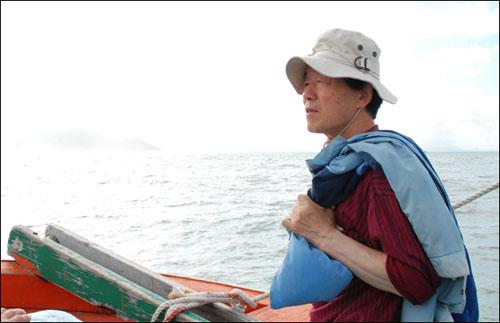 수문리 앞바다에서  지난 9월 15일 광주문화방송에서 맛이야기 프로그램을 촬영하기 위해 장흥에 왔다. 한승원 선생님과 함께 배를 타고 키조개 작업장을 찾아갔다. 선생님은 그곳에서 묵은김치와 키조개, 그리고 추사 김정희 선생의 이야기를 해주셨다.