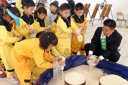 공양미 삼백석 모으기 운동에서 유치원생에서부터 팔순 노인들까지 십시일반으로 참여하고 있다.