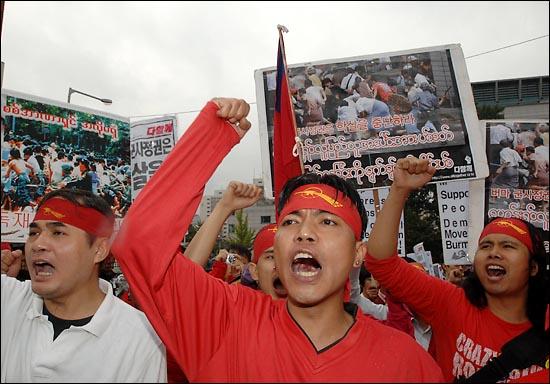 한국에 거주하고 있는 버마국적의 이주노동자들이 버마 민중들의 민주화시위를 강경진압하고 있는 군사정권에 항의하는 구호를 외치고 있다.