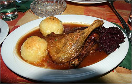 뮌헨 닭고기 요리.  기름에 튀긴 닭고기와 크뇌델, 붉은 양배추는 독일의 전형적인 요리이다.