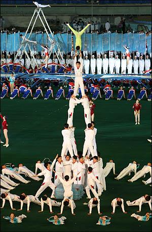 3일 저녁 대동강 능라도 5.1 경기장에서 노무현 대통령 등 방북단이 지켜보는 가운데 아리랑 공연이 펼쳐지고 있다. <사진공동취재단>