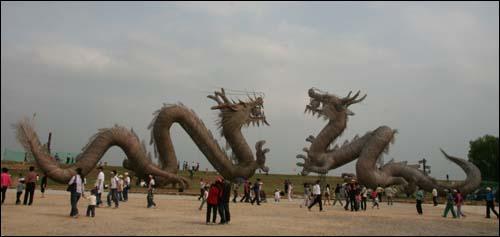 용 두 마리, 대나무로 만들어져 있다