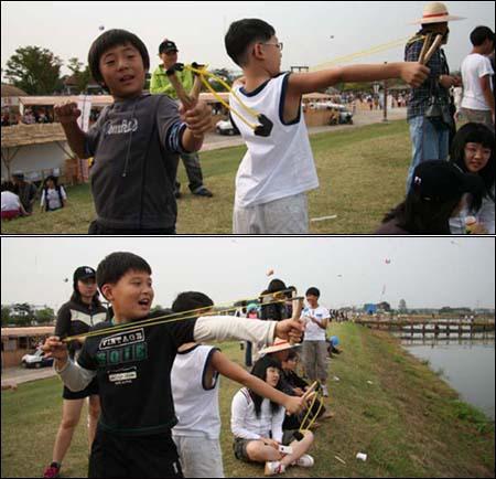 새총으로 날아가는 독수리도 잡겠다는 아이들.