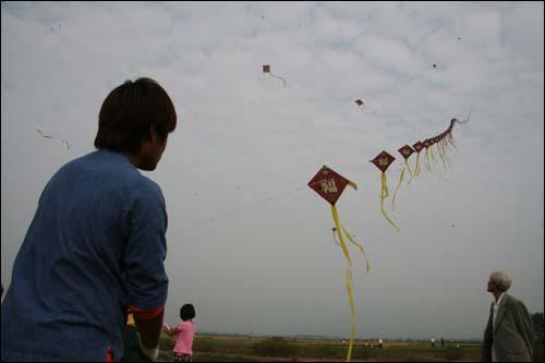 경남 사천에서 부모님과 함께 연을 날리러 온 중학생, 그는 축제 기간 내내 연을 날릴 거라고 했다.
