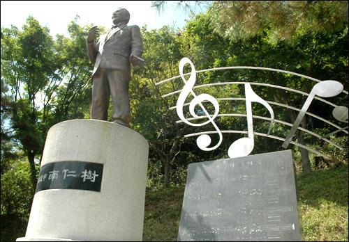 진양호 공원에 있는 남인수 동상.