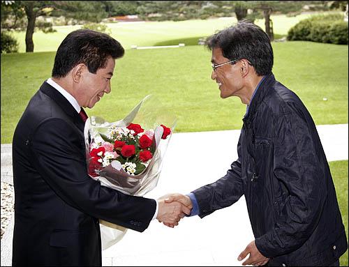 노무현 대통령에게 생일축하 꽃다발을 건네는 오연호 대표기자.