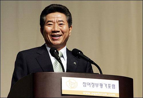 노무현 대통령이 지난 6월 2일 오후 서울교육문화회관에서 '참여정부 평가포럼' 초청으로 참여정부의 국정운영 평가와 과제에 대한 특강을 하고있다