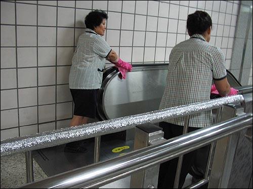 청소에 열중인 미화원 아줌마들 구산역의 재활용 주인공들