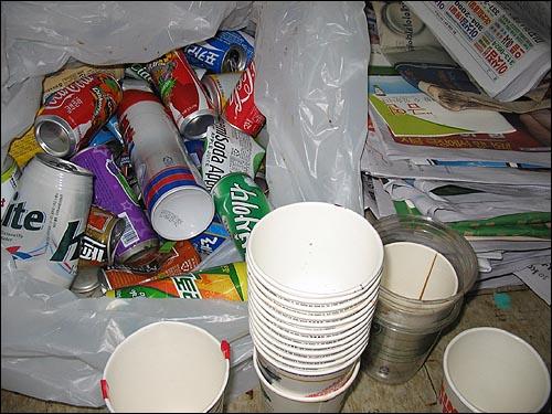 수집 된 쓰레기들 역에서 수집된 쓰레기중 재활용품을 분리수거