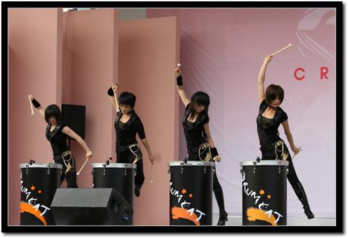공연사진 2  4명이 동시에 큰드럼을 치고있다.