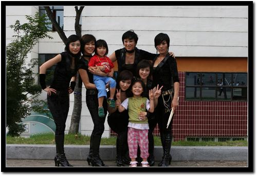 여성 6인조 드림캣 단체사진  드림캣과 우리 딸아이들이 함께 기념사진을 찍었다