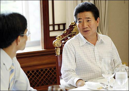 지난 9월 2일 환담중인 노무현 대통령과 오연호 대표기자.