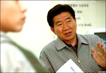 지난 2000년 4·15총선에서 낙선한 뒤 <오마이뉴스> 기자 회원들과 인터뷰를 가졌던 노무현 후보.