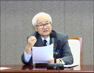 '이론의 자기 중심잡기' 주제 강연을 하는 김석득 연세대 명예교수.
