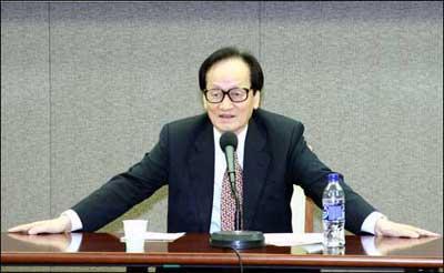 종합 논평을 하는 박영식 전 문교부 장관.