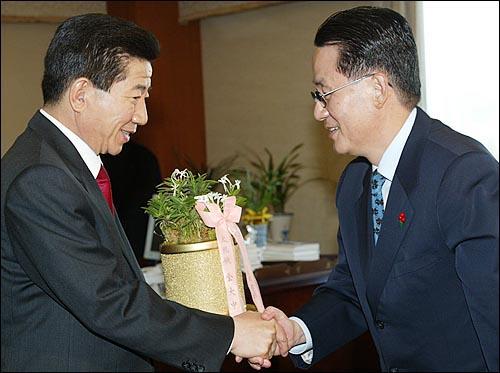 2002년 12월 20일 당시 박지원 비서실장이 노무현 대통령당선자에게 김대중 대통령의 당선 축하화분을 전달하고 있다.