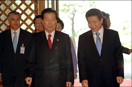노무현 대통령과 김대중 전 대통령이 10월 9일 낮 청와대 오찬장으로 들어서고 있다.