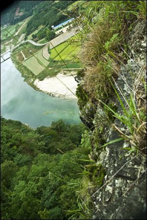 """왕모산 갈선대  육사의 시 """"절정""""의 시상이 이루어진 곳으로 널리 알려져 있다. 깎아지른 벼랑 아래 낙동강이 깊고 푸르다."""