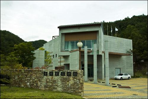 이육사문학관  육사 탄신 100주년을 맞은 2004년에 안동시가 육사의 생가터 부근에 문을 열었다.
