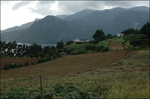 죽도 이런 아름다운 관광지가 또 있을까요? 멀리 왼쪽에 보이는 하얀집이 아버지와 아들 두분이 사는 집이랍니다