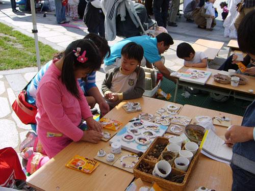 참가하여 직접 만들기 아이들이 직접 참가하여 만들기 체험을 하고 있는 모습이 진지하다.