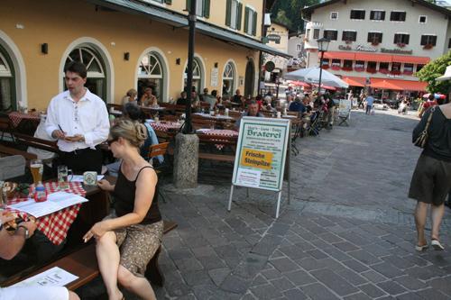 베르체스가덴 거리. 노천식당과 특산품 가게들이 특색 있고 이국적이다.