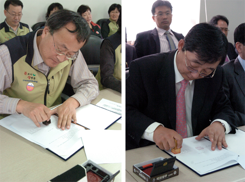 2007 보건의료산업 산별중앙협약서에 서명하고 있는 양측대표