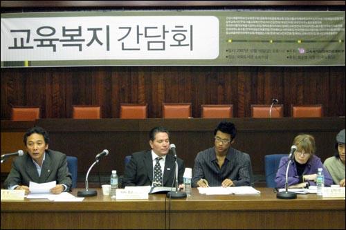 지난 19일 서울 여의도 국회도서관 소회의실에서 존슨 회장을 만났다. 그는 민주노동당 등 정당 관계자들과 교육 정책에 대한 간담회를 가진 뒤, 언론과의 인터뷰에 응했다.