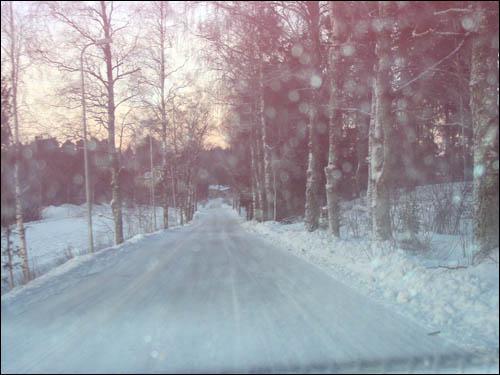 자동차 안에서 본 눈 오는 날의 풍경.