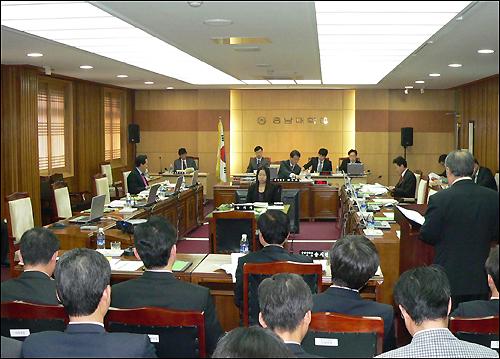 국회 교육위원회의 충남대에 대한 국정감사 장면, 8명의 감사반원 중 단 3명만이 참석해 있다.