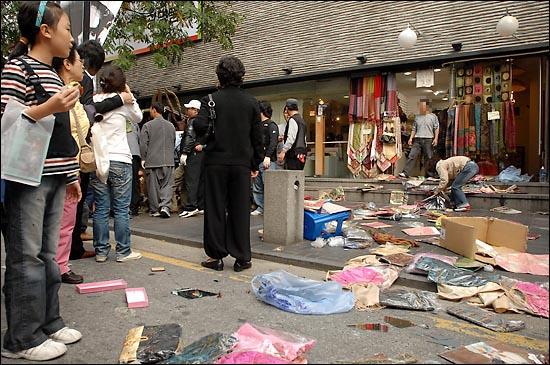 평온했던 인사동 거리가 종로구청 노점단속반과 상인의 충돌때문에 아수라장으로 변했다.