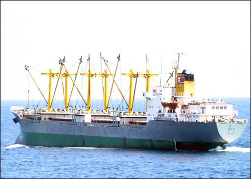 북한 화물선 대홍단호가 해적들을 제압한 뒤 항해를 계속하고 있다.