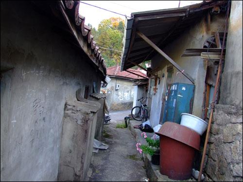 중계본동 '104 마을'에는 30년이 넘은 오래된 집들이 많았다. 그동안 그린벨트지역으로 묶여 건물의 증.개축이 쉽지 않았기 때문이다.