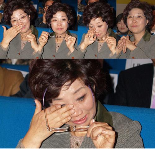 눈물 흘리는 최순영 의원 최순영 의원은 축하객들의 축사가 이어지는 동안 계속해서 흘러 내리는 눈물을 훔쳤다