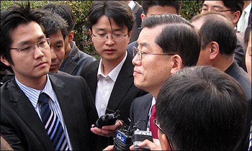 5일 오후 '삼성 비자금' 관련 기자회견이 진행되는 제기동 성당을 방문해 기자들의 질의에 답하고 있는 문국현 대통령후보.