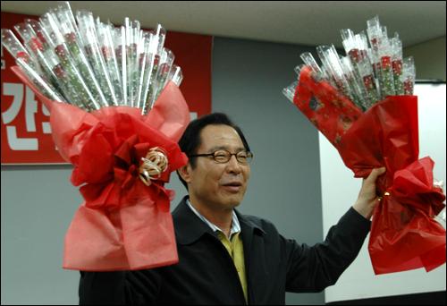 권영길 후보가 5일 저녁 민주노총 경남본부 강당에서 열린 전현직 노동조합 간부 간담회에 앞서 선물로 받은 꽃다발을 들어 인사하고 있다.