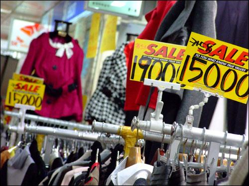 지하도상가 곳곳에는 '가격인하(sale)'를 해서 판매하는 상품들이 많았다. 다시 손님을 불러모으기 위해 안간힘을 쓰는 이곳 상인들의 의지을 느낄 수 있었다.