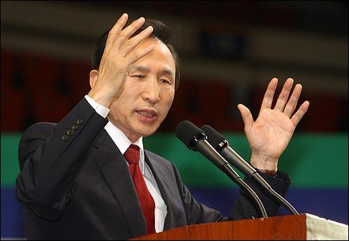6일 오후 서울 올림픽공원 펜싱경기장에서 열린 한국농업경영인중앙연합회(한농연) 주최 대선후보 초청 토론회에서 이명박 한나라당 후보가 연설을 하고 있다.