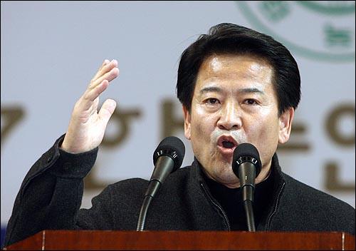 6일 오후 서울 올림픽공원 펜싱경기장에서 열린 한국농업경영인중앙연합회(한농연) 주최 대선후보 초청 토론회에서 정동영 대통합민주신당 후보가 연설을 하고 있다.