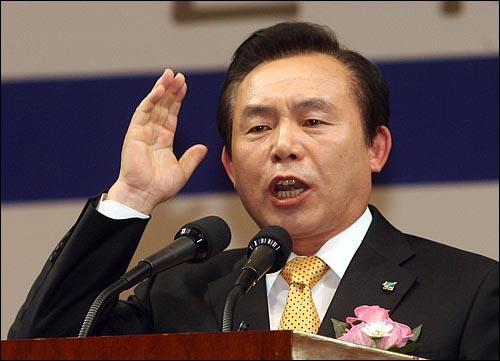 6일 오후 서울 올림픽공원 펜싱경기장에서 열린 한국농업경영인중앙연합회(한농연) 주최 대선후보 초청 토론회에서 이인제 민주당 후보가 연설을 하고 있다.