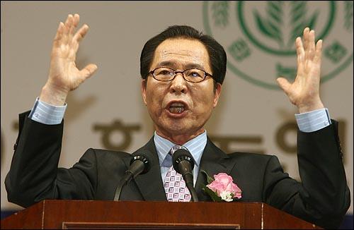 6일 오후 서울 올림픽공원 펜싱경기장에서 열린 한국농업경영인중앙연합회(한농연) 주최 대선후보 초청 토론회에서 권영길 민주노동당 후보가 연설을 하고 있다.