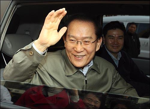 8일 오후 서울 노원구 중계4동 주공아파트 중증장애인 가정을 방문한 이회창 후보가 주민들을 향해 손을 흔들고 있다.