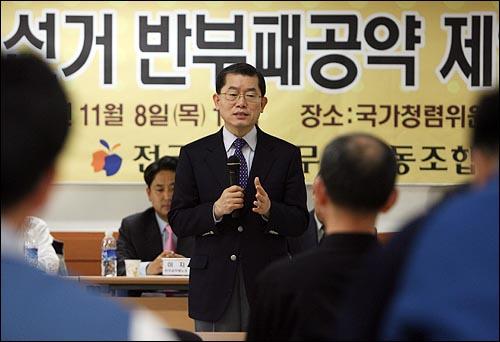 문국현 창조한국당 후보가 8일 오후 서울 안국동 국가청렴위 회의실에서 공무원노조 주최로 열린 '대통령후보 반부패 공약 평가토론회'에서 인사말을 하고 있다.