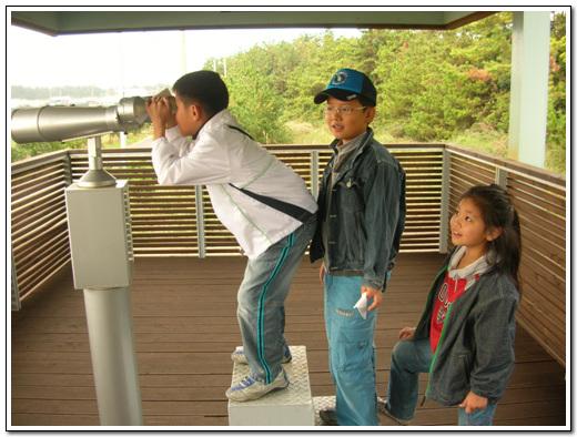 새를 관찰하는 아이들 망원경이 한 대 밖에 없어서 아이들이 순번대로 관찰했다.