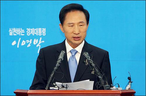 이명박 한나라당 대선후보가 11일 여의도 당사에서 긴급 기자회견을 열고 정치현안에 대한 입장을 밝히고 있다.