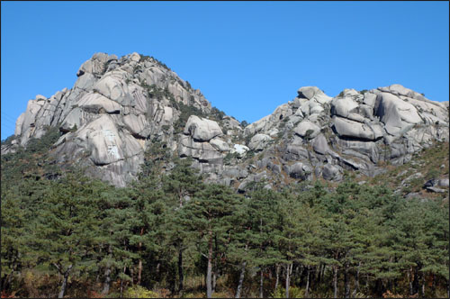 매바위 금강산 온천으로 가는 길에 바위 덩어리의 두 봉우리가 형님 동생하고 있는 듯하다