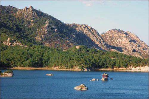 삼일포 삼일포는 크고 작은 36개의 산으로 둘러싸여 있는 아름다운 호수다.
